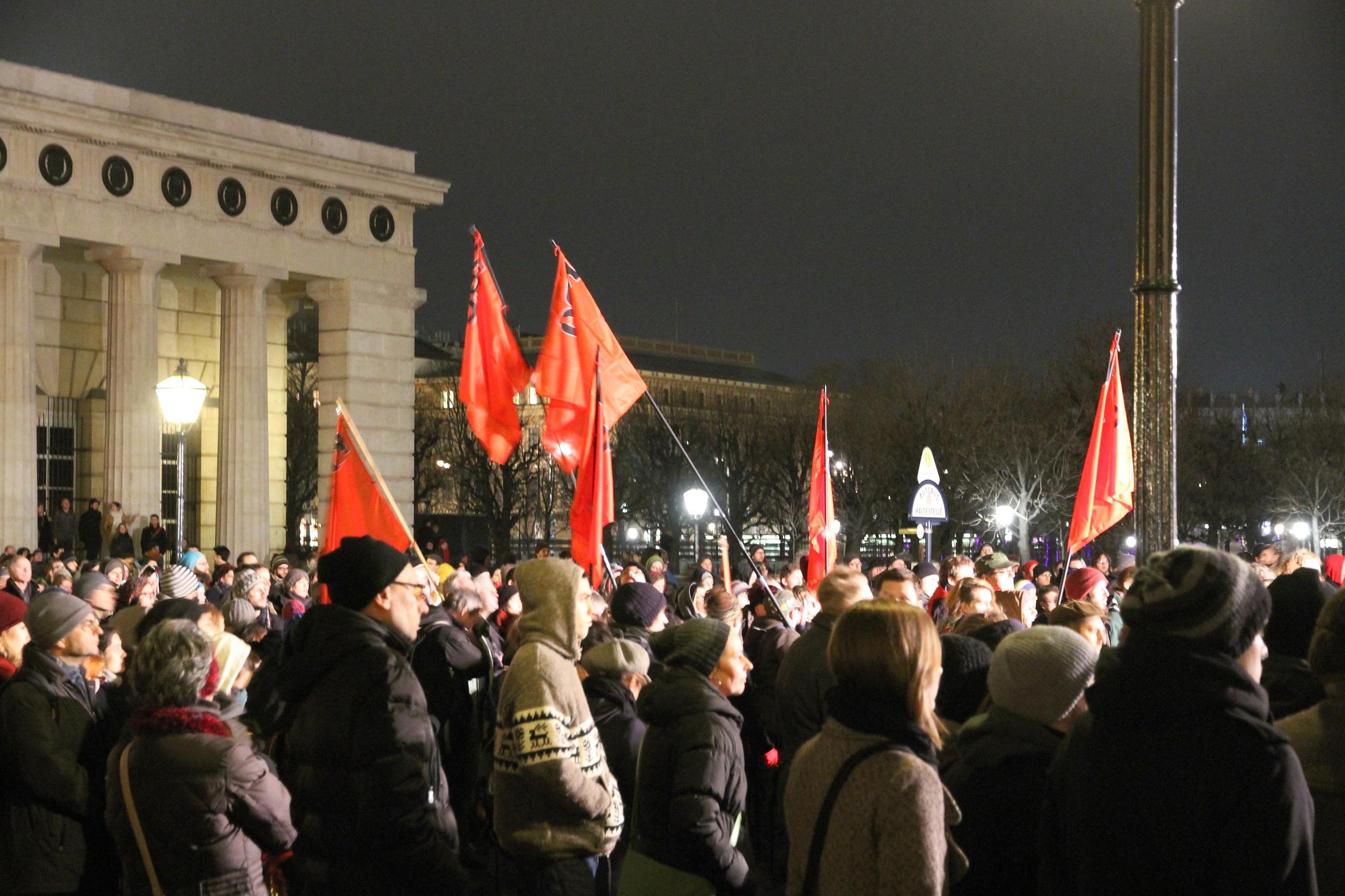 """Am Freitag den 1.2. kam es in Wien wie zu erwarten zu massiven Protesten und teilweise erfolgreichen Blockaden gegen den FPÖ-""""Akademikerball"""". Diese unverhohlene Nachfolgeveranstaltung des 2012 aus der Hofburg verbannten […]"""