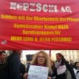 Die Stimmung unter den Beschäftigten im österreichischen Gesundheitsbereich scheint endgültig gekippt zu sein. Im Zuge des neuen Ärztearbeitszeitgesetz gingen Ärzte und Ärztinnen auf die Barrikaden und zeigten sich kämpferisch gegen […]