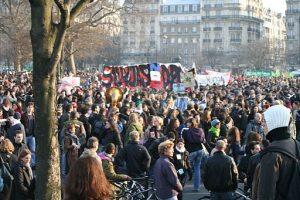 Massendemonstrationen der Gewerkschaften und Jugendlichen brachten die massiven Verschlechterungen des CPE schließlich zu Fall - Bild: CC-BY-Sa 2.0 Traroth