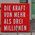 Über 100.000 waren am letzten Juni-Samstag auf der Straße, um gegen die geplante Arbeitszeitverlängerung der schwarz-blauen Regierung zu protestieren. Die beeindruckende Demonstration der Kampfbereitschaft der österreichischen Arbeiter*innen wurde von Gewerkschaftsreden […]