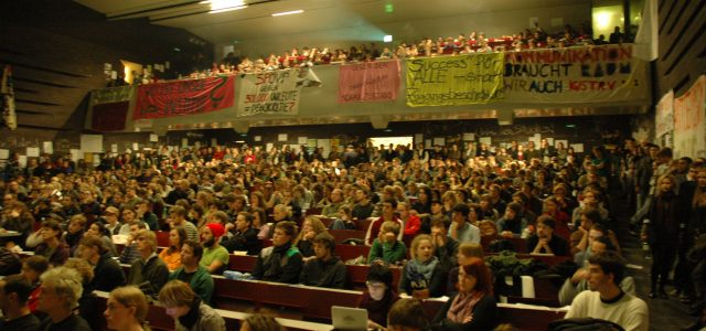 Die Kurz-Strache-Regierung macht mit ihrer neoliberalen Politik natürlich auch nicht vor Universitäten halt. Auch wenn man in der fünfjährigen Legislaturperiode noch die eine oder andere Überrschung erwarten darf sind die […]