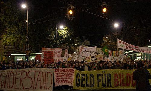 """In Österreich herrscht der Neoliberalismus in seiner rechtskonservativen Form. Gemäß dieser Ideologie wird die """"Leistung"""" belohnt und die """"Eigenverantwortung"""" gefördert. Tatsächlich handelt es sich dabei um Elitenförderung und Verschlechterungen für […]"""