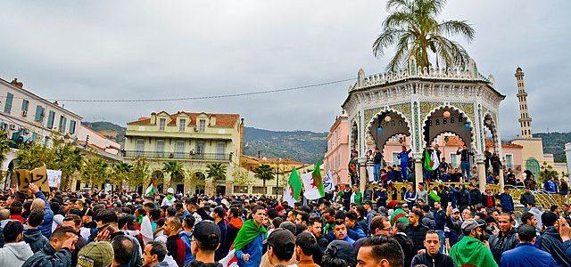 Es gibt Marionettenregierungen, und dann gibt es Abdelaziz Bouteflika. Der algerische Präsident kann seit einem Schlaganfall 2014 nicht mehr sprechen und ist ein offensichtlich machtloses Feigenblatt der herrschenden algerischen Eliten. […]