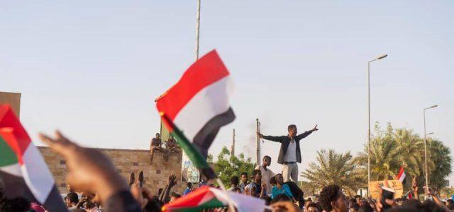 Nach monatelangen revolutionären Erhebungen und der Belagerung des Militär- und Präsidialhauptquartiers in Khartum feierten Hunderttausende die Verhaftung des brutalen Diktators Umar (Omar) Hasan Ahmad al-Baschir. Die Festnahme eines Mannes, der […]